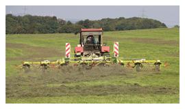 Ansicht einer Landwirtschaftsmaschine bei der Arbeit